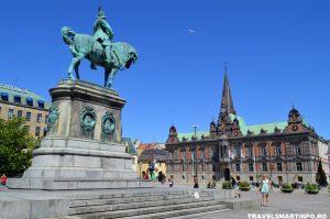 Primaria si statuia regelui Karl al X-lea