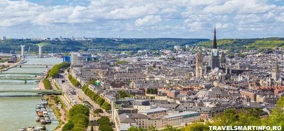 Vedere panoramica asupra Rouen de pe colina Sainte Catherine